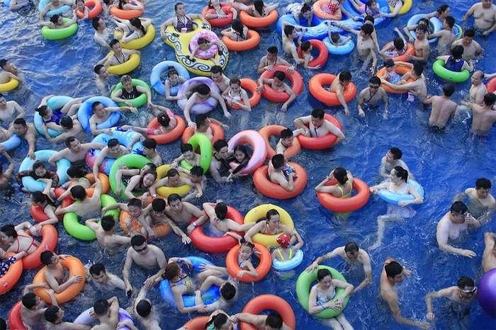 Погрузитесь и присоединитесь к хаосу - если вы найдете место в бассейне. Китайская жара