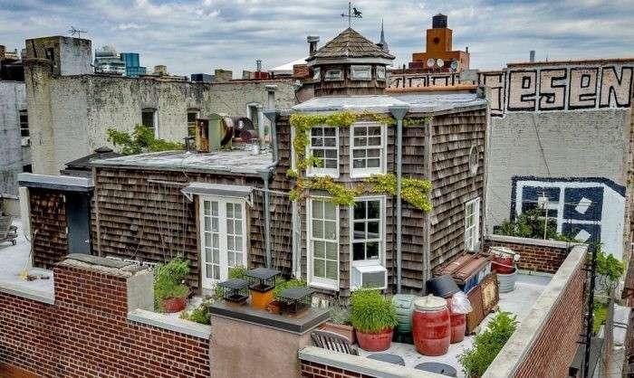 Маленький домик прямо на крыше 5-этажного здания