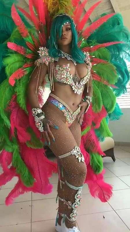 Рианна в карнавальном костюме
