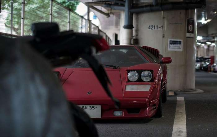 Забытый бык на парковке в Токио
