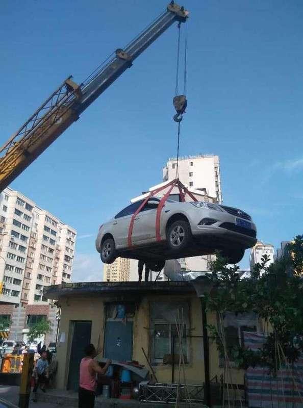 Местные жители проучили женщину за наглую парковку