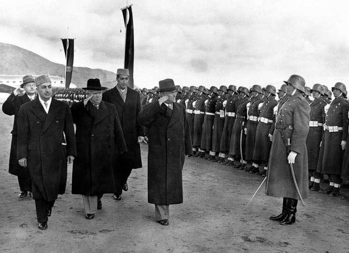 Почетный караул армии Афганистана приветствует советского генсека Никиту Хрущева, 1955 год.