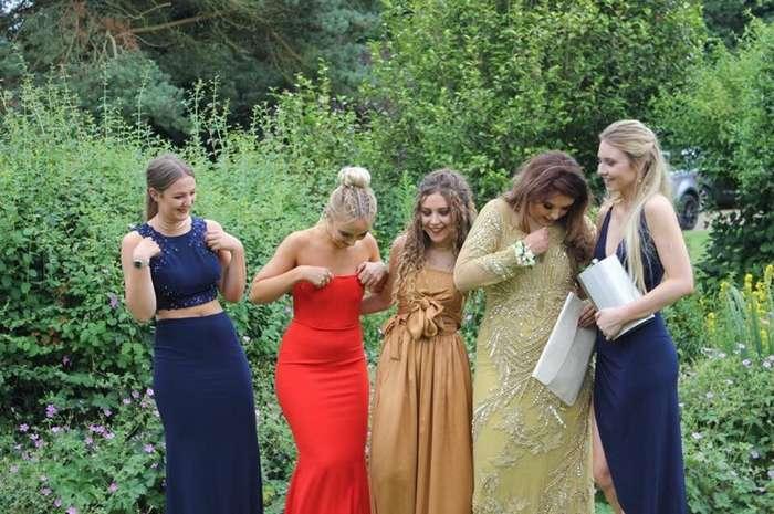 Это фото 5 британских выпускниц мгновенно разлетелось по Сети. Догадался, что с ним не так?