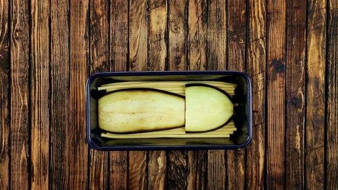 Выложите слоями макароны в форму для хлеба и запекайте в духовке