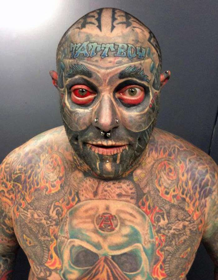 Фото человека всего в татуировках