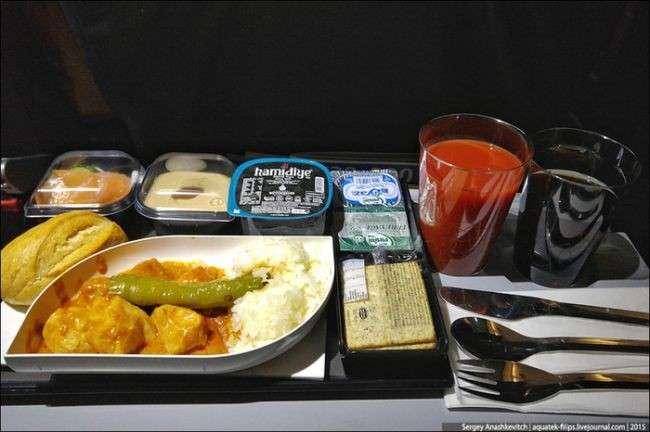Что происходит с самолетной едой, которую не съели.