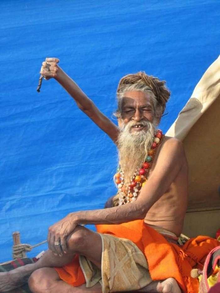 Индус держит руку поднятой вот уже 44 года