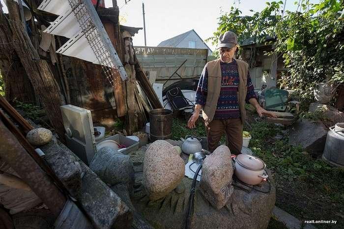 Белорус построил трехэтажный дом из мусора, а двор превратил в музей