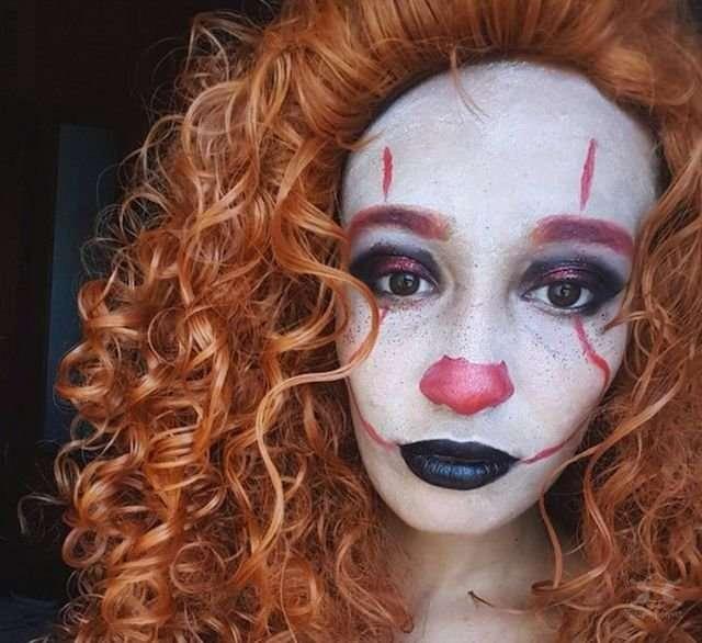 Девушки в образе клоуна Пеннивайза из фильма -Оно-