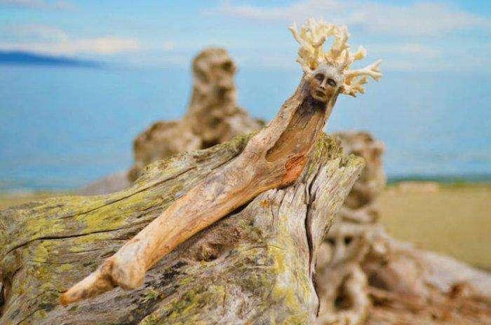 Духи природы в скульптурах посреди леса