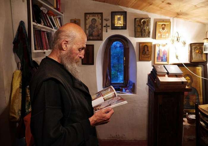 Грузинский монах 20 лет живет на сорокаметровом известняковом монолите в Имеретии