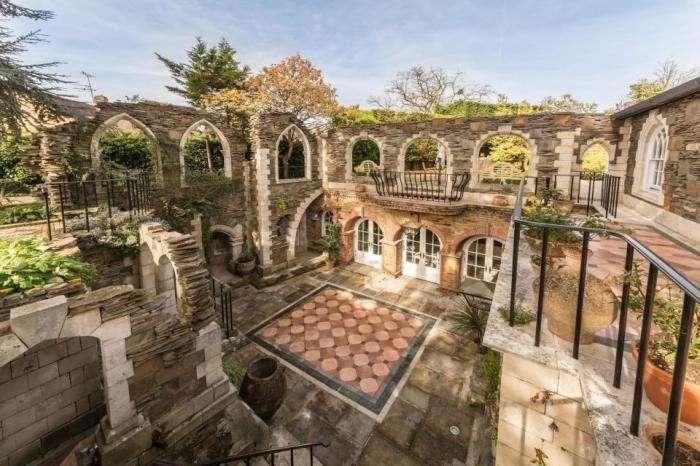 Мужчина 30 лет потратил на то, чтобы превратить свой дом в дворец