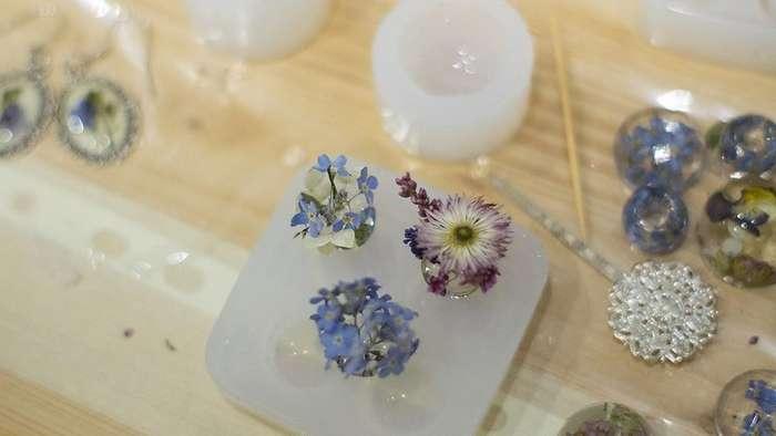 Как делают украшения из смолы с цветами