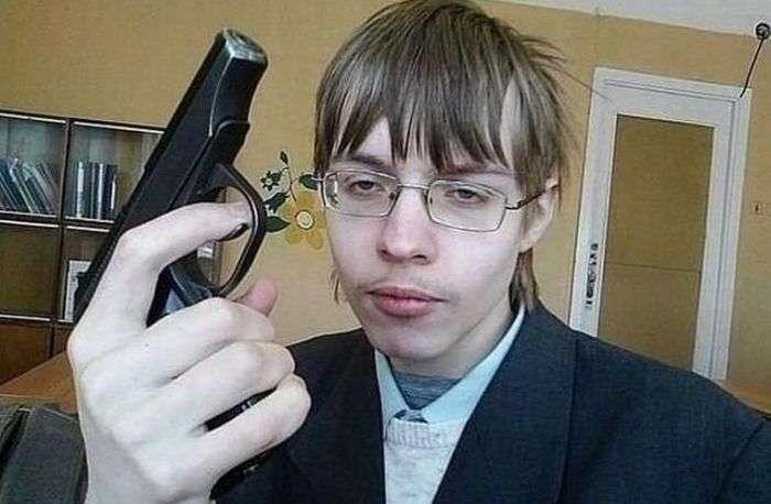 Опасные фото с оружием из соцсетей