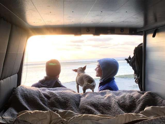 Молодожены купили фургон и отправились в путешествие