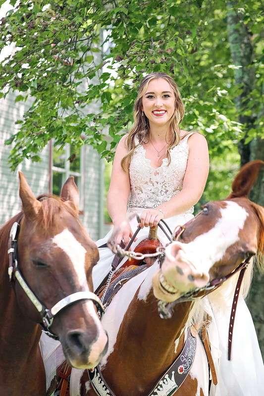 Улыбающаяся лошадь затмила невесту на свадебных фотографиях