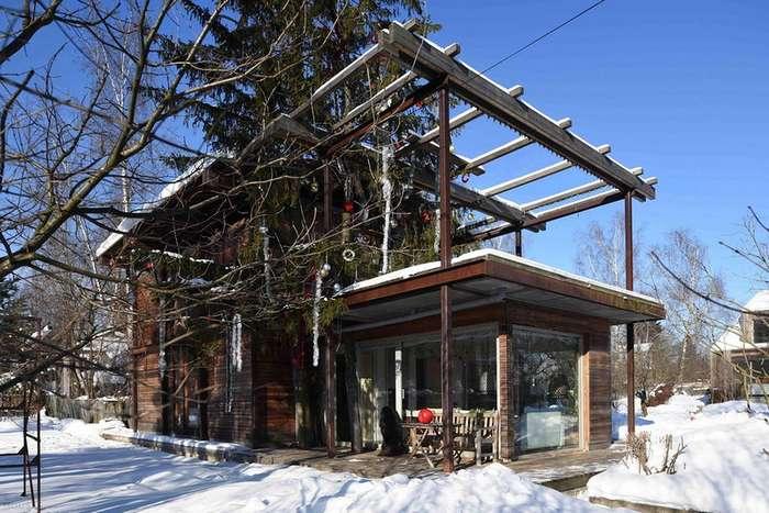 Загородный дом из темного дерева в Подмосковье