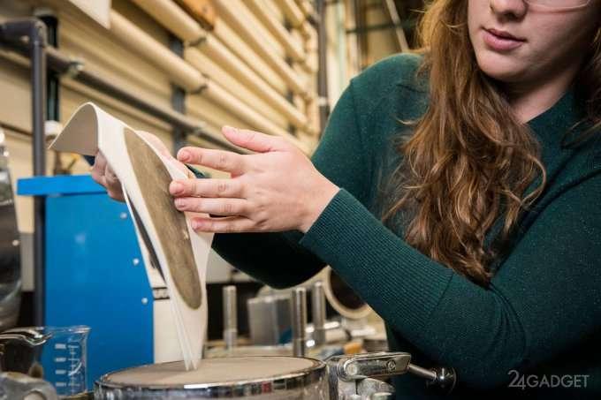 Смарт-бумага обнаруживает воду и проводит электричество