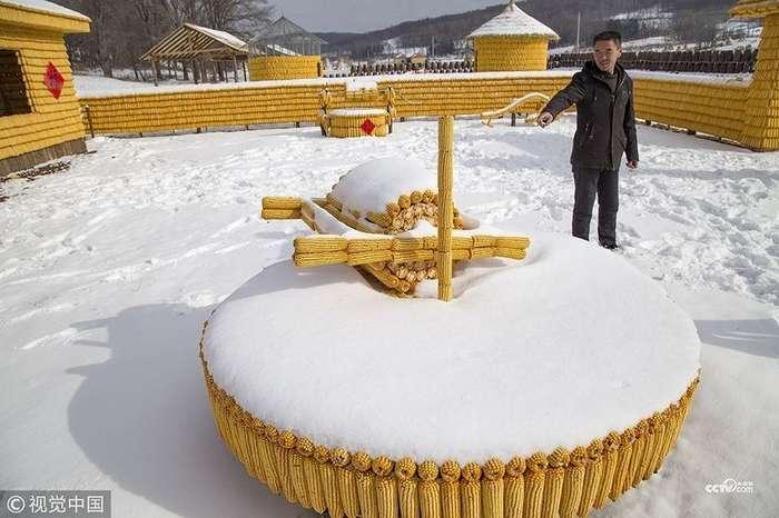 Китайский крестьянин строит ферму из кукурузы