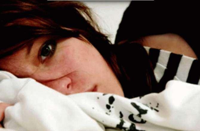 Она спряталась под кроватью, чтобы узнать, верен ли ей ее парень…