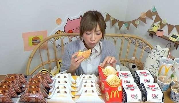 Видео: японка съедает целую кучу фастфуда за один присест