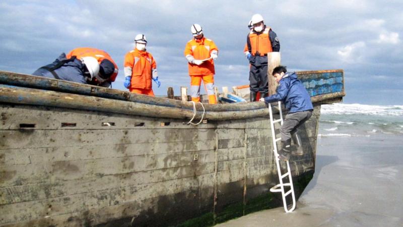 К японским берегам прибило лодку с восемью скелетами