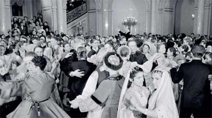 -Советское шампанское-,-оливье- и километровые очереди: Как готовились к Новому году в ссср