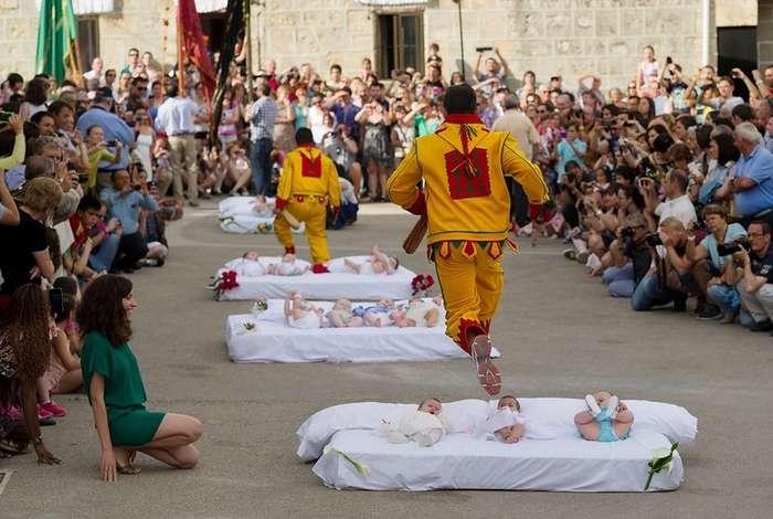 Испанский праздник прыжков через младенцев