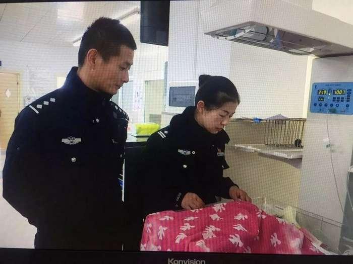 Китайский полицейский спас брошенного в лесу новорожденного