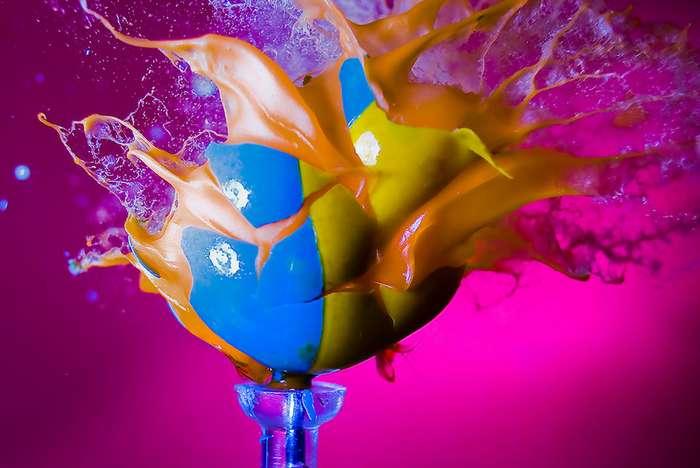 Война против Рождества: Алан Сэйлер -взорвал- разноцветные елочные игрушки