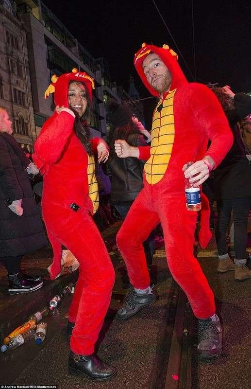 Хорошо погуляли: Новый год на улицах Великобритании
