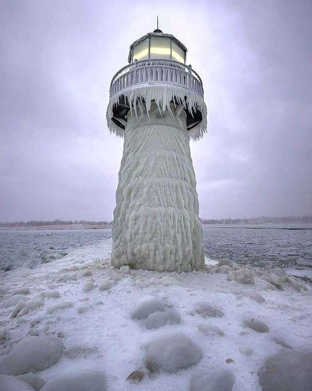 В США и Канаду пришли такие морозы, что стекла трескаются