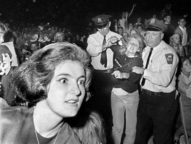 Хроника The Beatles: 23 фото-свидетельства сумасшедшей битломании