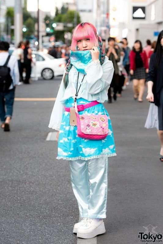 Модные и яркие персонажи на улицах Токио