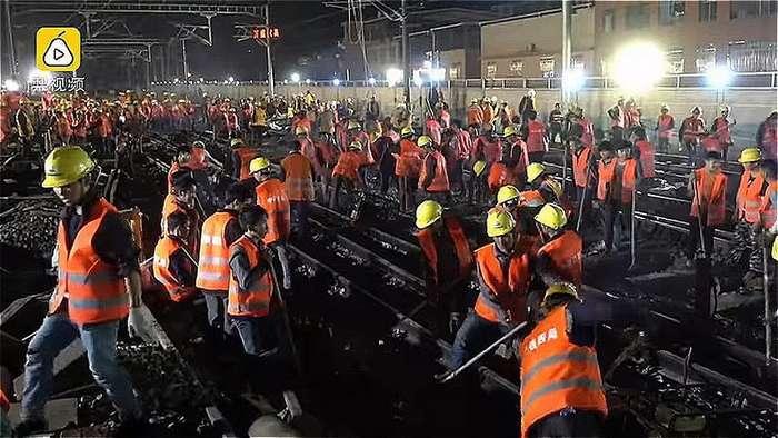 В Китае рабочие за ночь построили железную дорогу