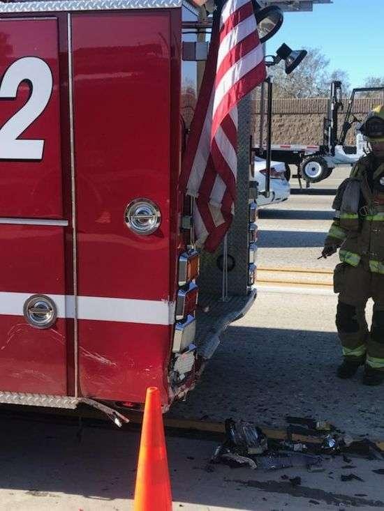 Двигавшийся на автопилоте электромобиль Tesla врезался в пожарную машину