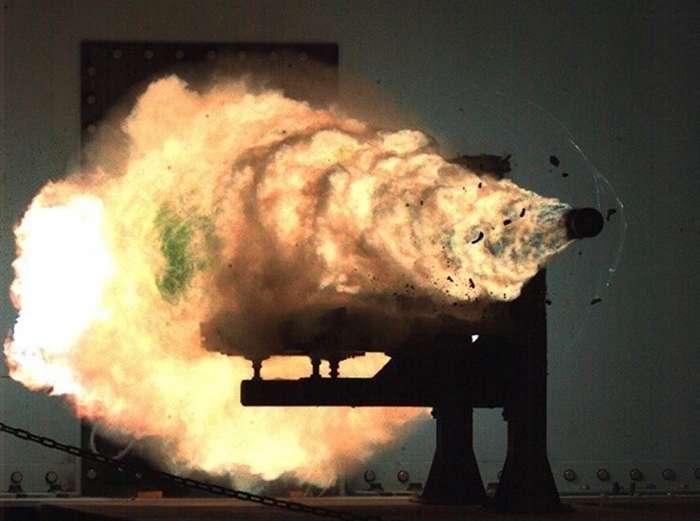 Ужасает и завораживает одновременно - оружие в момент выстрела