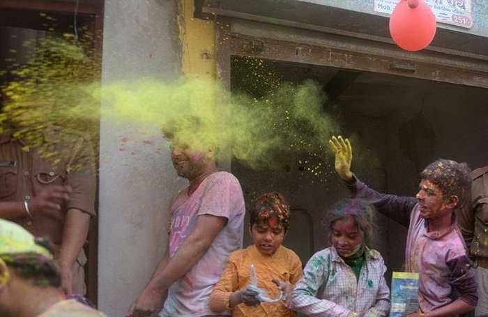Латмар Холи в Индии: женщины бьют мужчин палками и заставляют танцевать в женской одежде