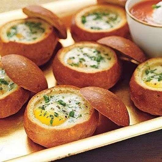 Запеченные яйца в булочках