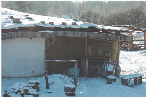 Белорус ушел зимовать в лес, построив в глуши -домик Хоббита- за 1000 долларов