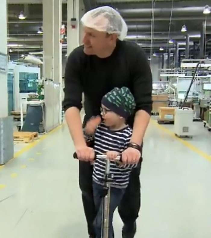 Его коллеги отработали 3300 часов сверхурочно, чтобы он мог ухаживать за онкобольным сыном