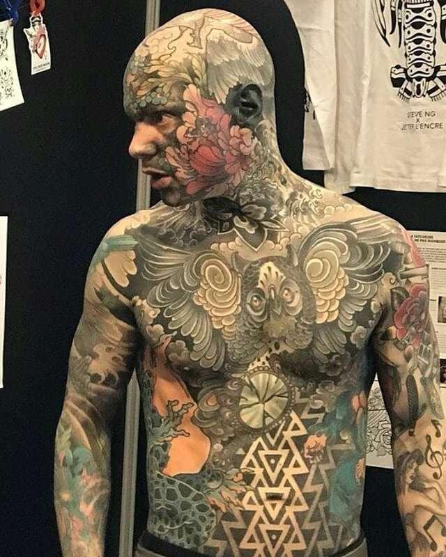 Этот парень своей внешностью рушит все стереотипы о том, как должны выглядеть люди разных профессий