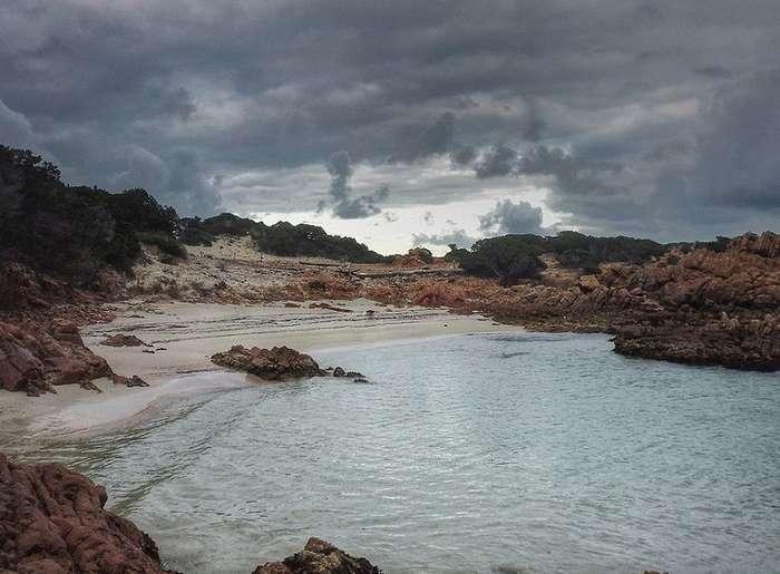 Вдали от толпы: снимки уединенной жизни 79-летнего отшельника на острове близ Сардинии
