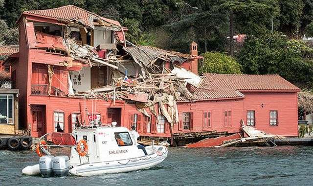 В проливе Босфор танкер врезался в особняк XVIII века