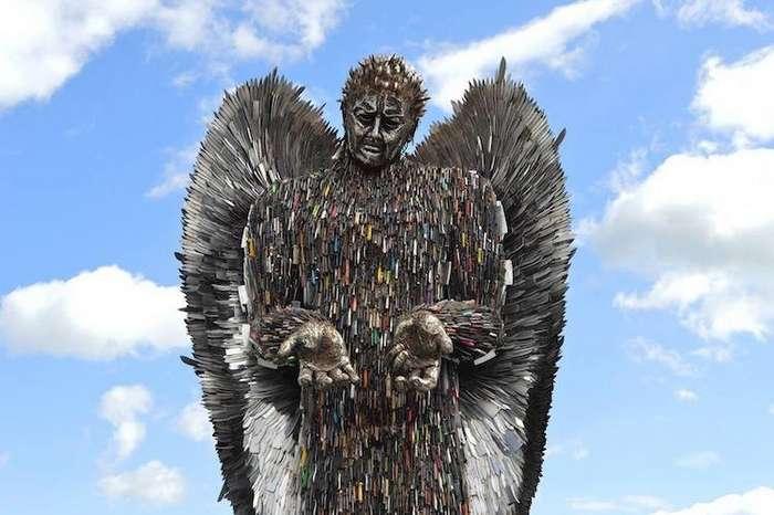 Скульптура ангела из 100 тысяч ножей, конфискованных полицией
