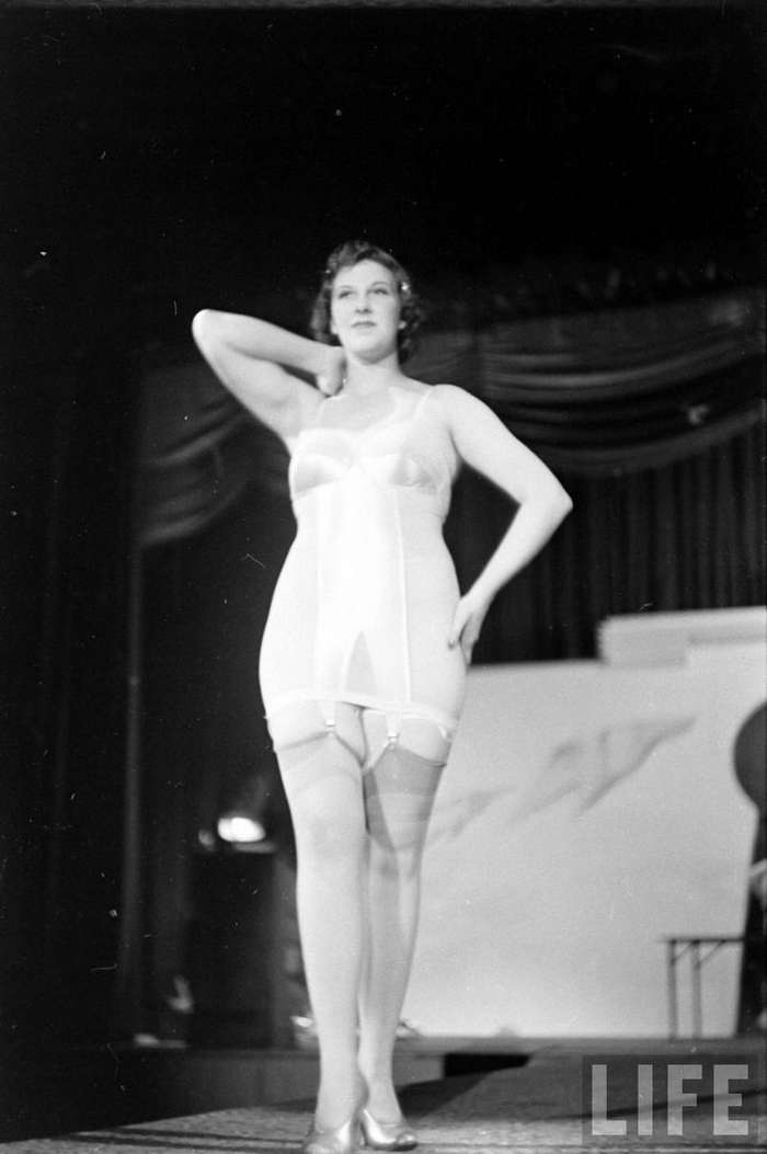 Винтажные фотографии с показа нижнего белья 40-х годов-34 фото-