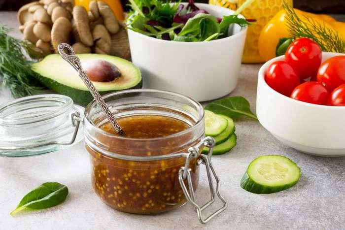Майонез надоел: 5 ярких заправок для ваших любимых салатов