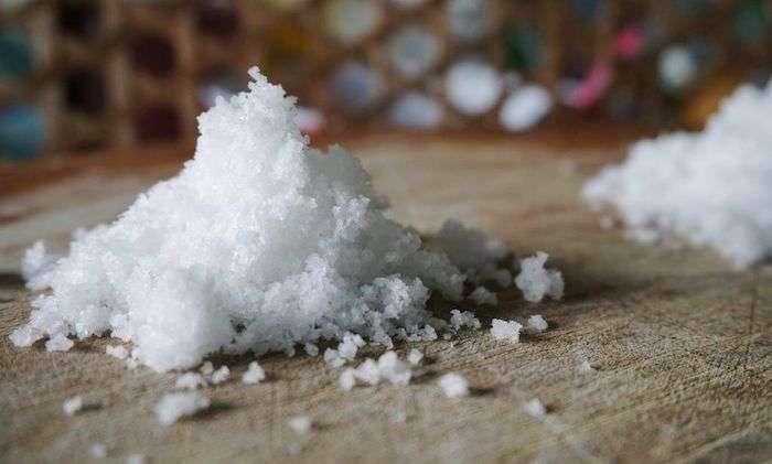 Вполне цивилизованная причина, почему многие люди посыпают порог солью