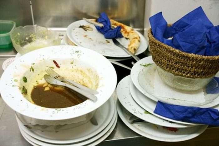 Находчивая хозяйка придумала скоростной способ, как перемыть всю посуду в доме за считанные минуты