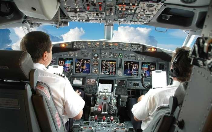 Полеты нагишом, стюардессы в купальниках и другие самые необычные услуги авиакомпаний